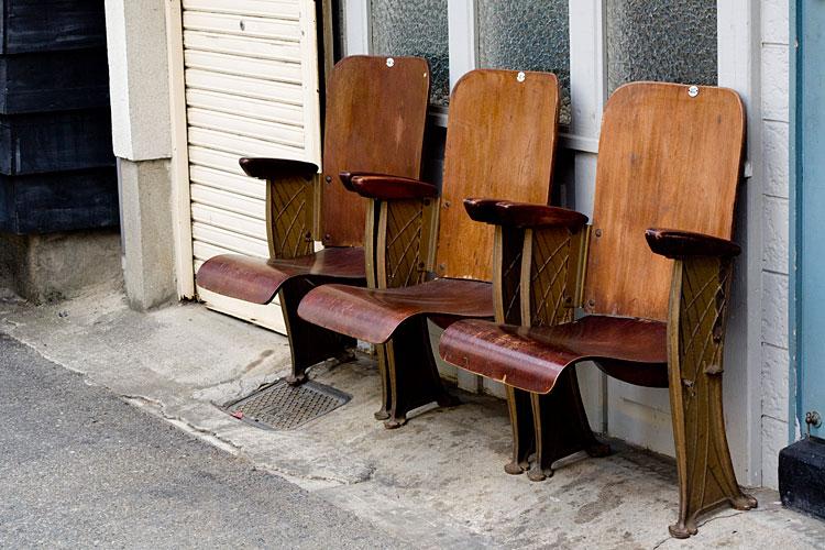 椅子 古い椅子  古道具屋さんの前に置いてあった椅子。 元はどこにあったん... カメラノカンヅ