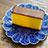 カステラと青い皿